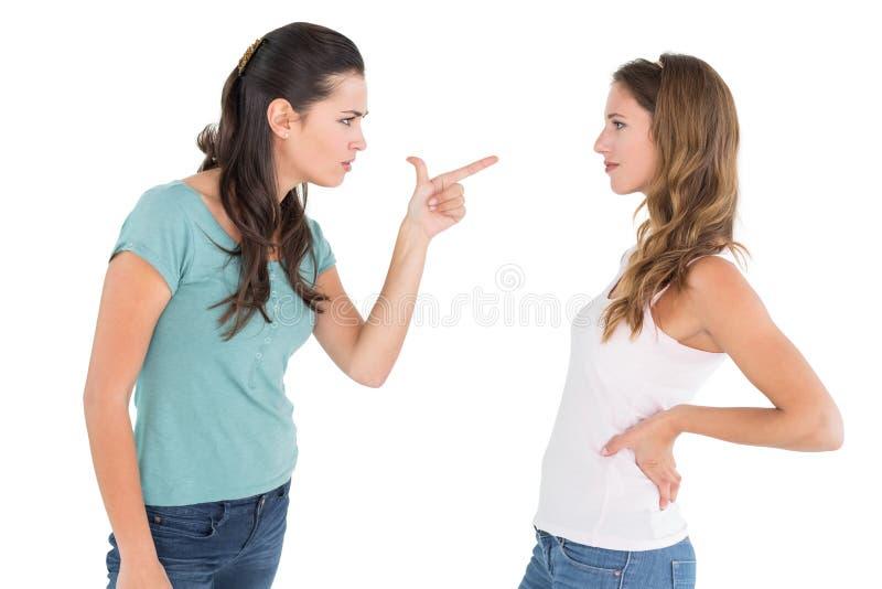 Amici femminili giovani arrabbiati che hanno una discussione fotografia stock libera da diritti