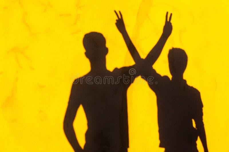 Amici Hang Out delle ombre dei ragazzi immagini stock libere da diritti