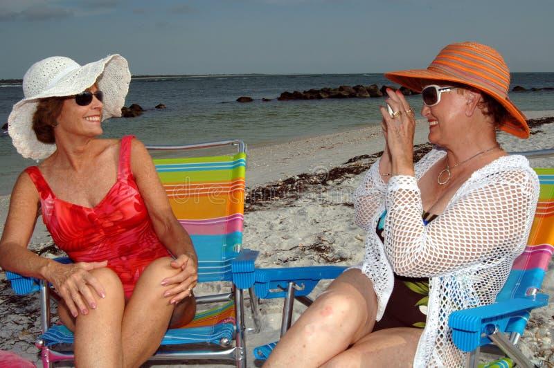 Amici maggiori sulla spiaggia immagine stock libera da diritti