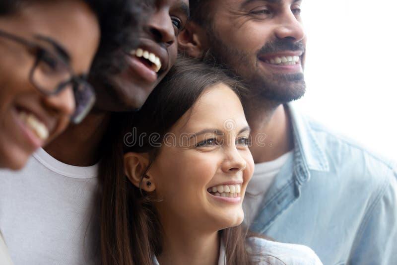 Amici multietnici sorridenti felici divertendosi insieme vicino su fotografie stock libere da diritti