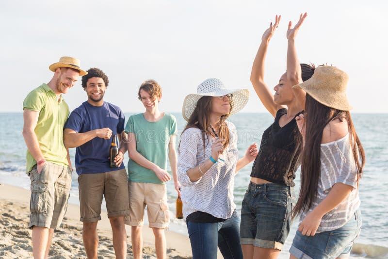 Amici multirazziali alla spiaggia fotografie stock libere da diritti