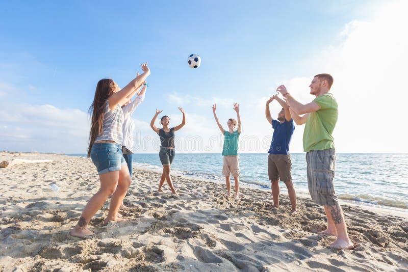 Amici multirazziali alla spiaggia fotografia stock