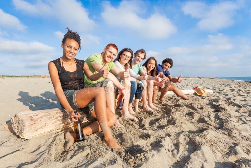 Amici multirazziali alla spiaggia immagini stock
