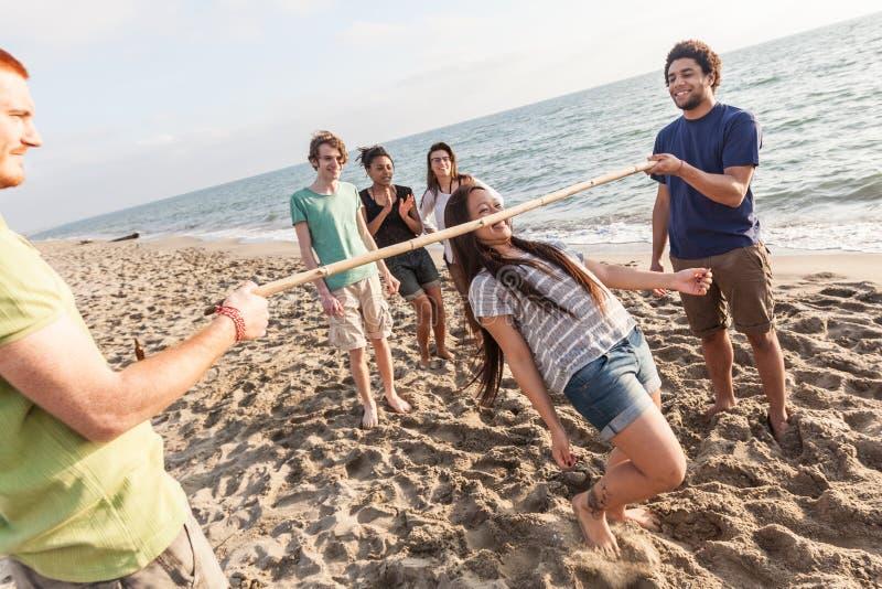 Amici multirazziali alla spiaggia immagini stock libere da diritti