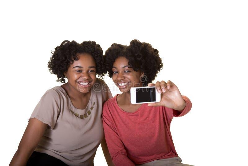 Amici o anni dell'adolescenza che prendono una foto fotografie stock