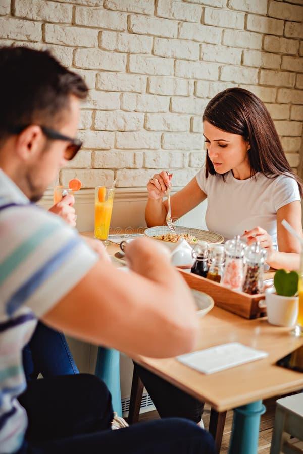 Amici pranzando al ristorante immagine stock