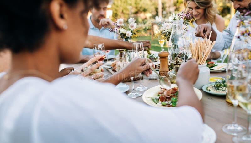 Amici pranzando insieme al ristorante di aria aperta fotografie stock