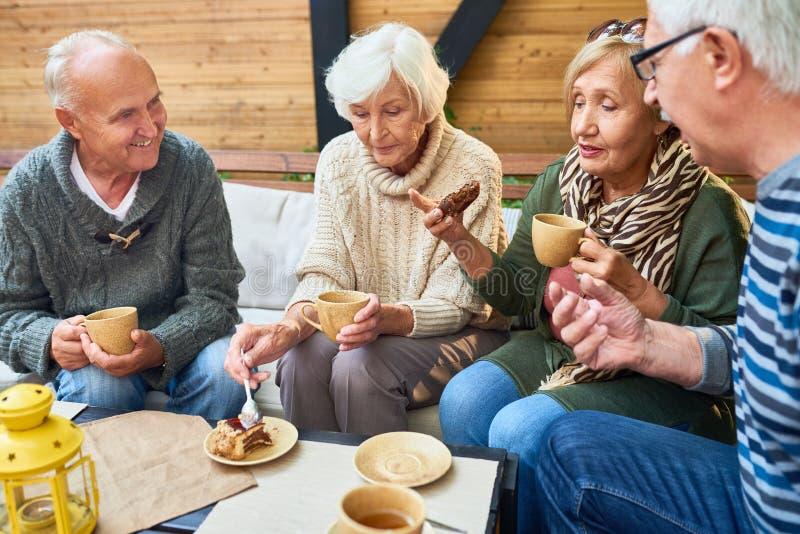 Amici senior che godono del tempo del tè in caffè immagine stock libera da diritti
