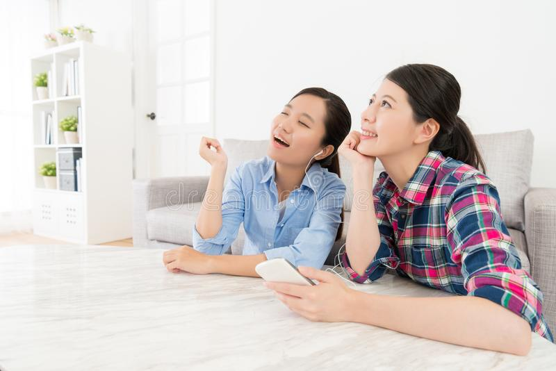 Amici senza fretta delle donne che si rilassano nel salone fotografia stock libera da diritti
