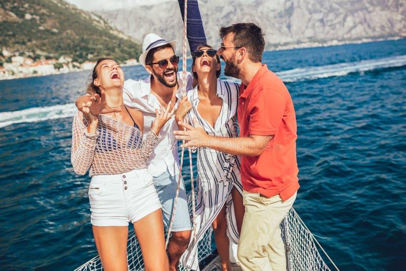 Amici sorridenti che navigano sull'yacht fotografie stock