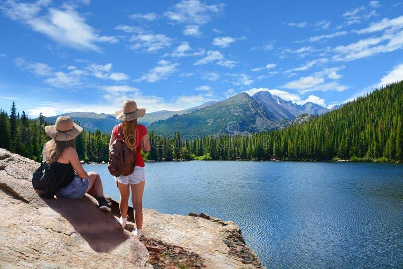 Amici su un viaggio d'escursione nelle montagne fotografia stock libera da diritti