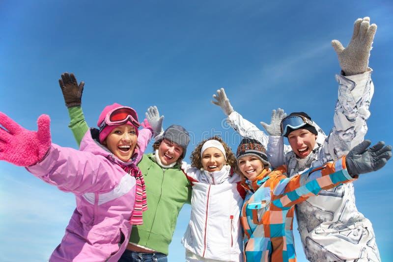 Amici sul ricorso di inverno fotografia stock