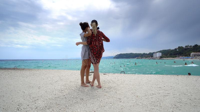 amici sulla vacanza che prende i selfies sulla spiaggia con uno Smart Phone fotografie stock libere da diritti