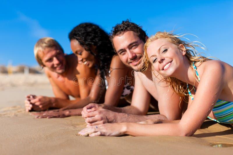 Amici sulla vacanza della spiaggia immagine stock libera da diritti