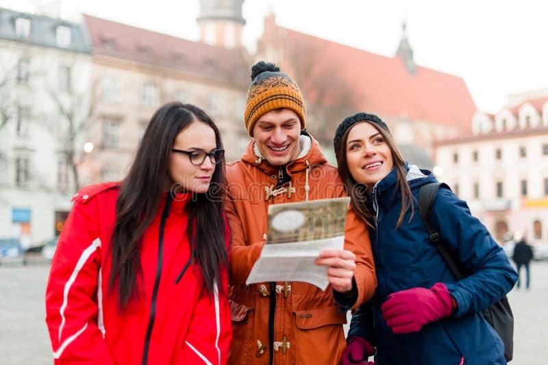 Amici turistici che cercano le direzioni fotografia stock libera da diritti