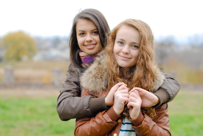 Amicizia due le migliori amiche che abbracciano for Disegni di due migliori amiche