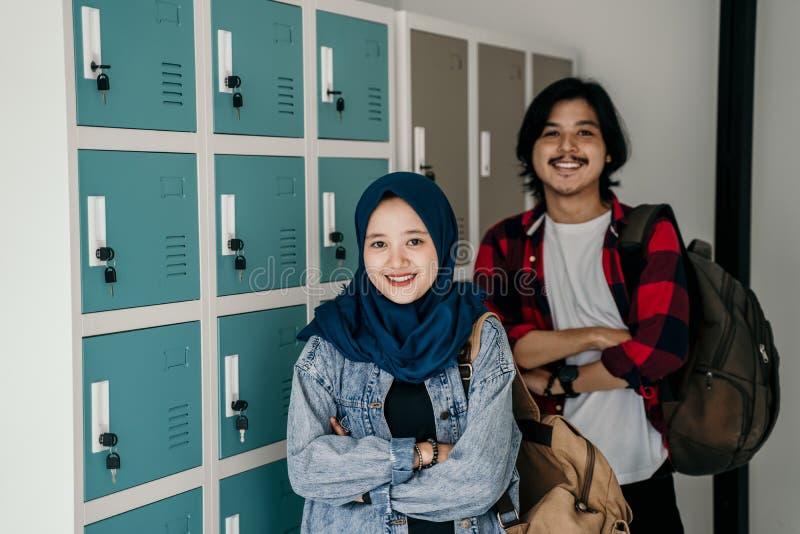 Amico asiatico musulmano dello studente nello spogliatoio immagine stock libera da diritti