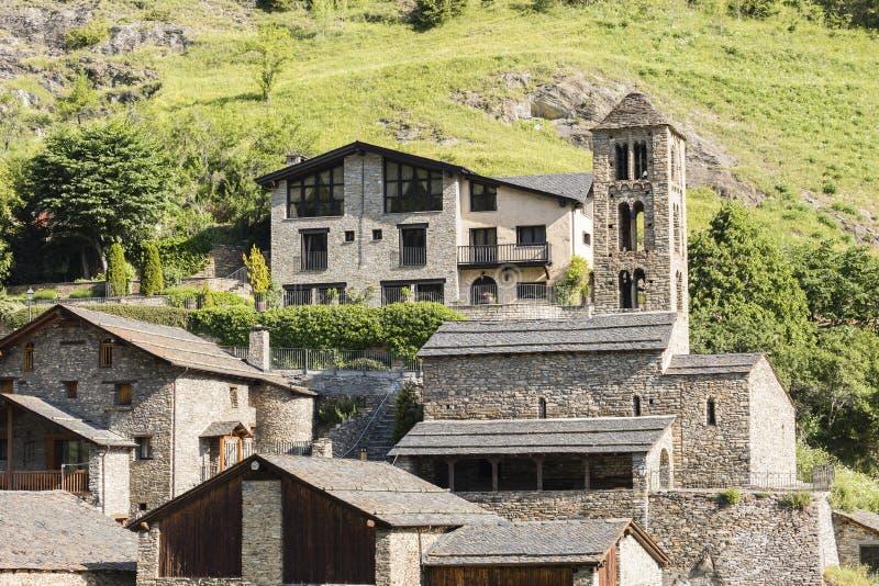 Amico del villaggio in Pirenei in Andorra con la chiesa romanica fotografia stock libera da diritti