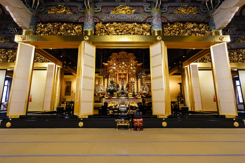 Amida Buddha an Honganji-Tempel in Tokyo lizenzfreie stockfotos