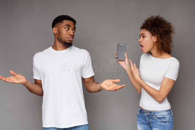 Amie demandant l'explication à son ami de tricheur photo libre de droits