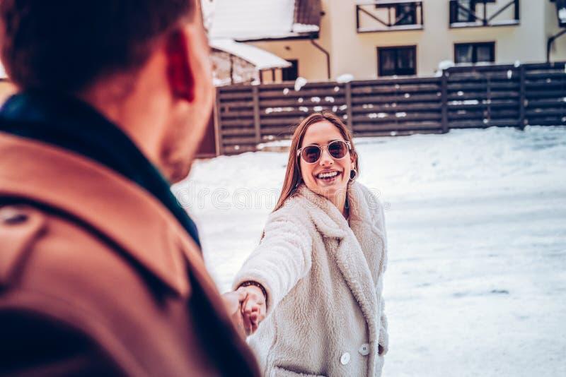 Amie gaie prenant son homme pour une promenade en parc photos stock