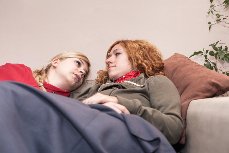Amies détendant à la maison photographie stock libre de droits
