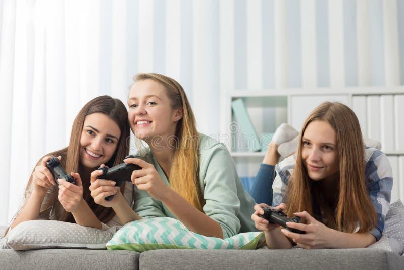 Amies jouant le jeu vidéo photographie stock