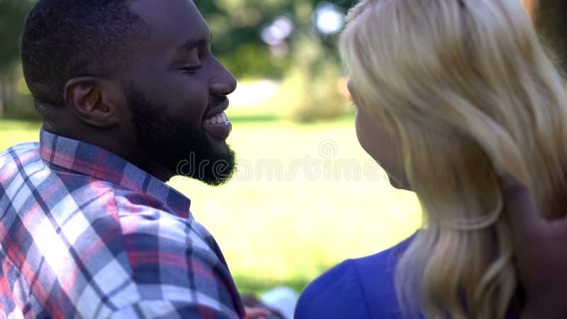 Amies ?mouvantes cheveux, vue d'homme tendre de dos des couples de m?tis dans l'amour image stock