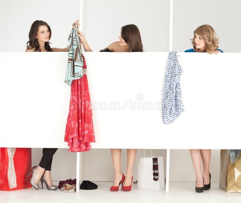 Amies regardant des vêtements dans le wordrobe photographie stock libre de droits