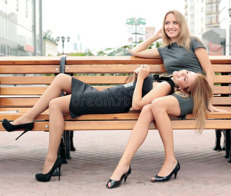 Amies souriant et riant du stationnement de ville image stock