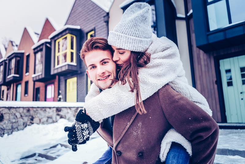 Amiga bonita de amor que beija seu homem de olhos azuis considerável fotos de stock