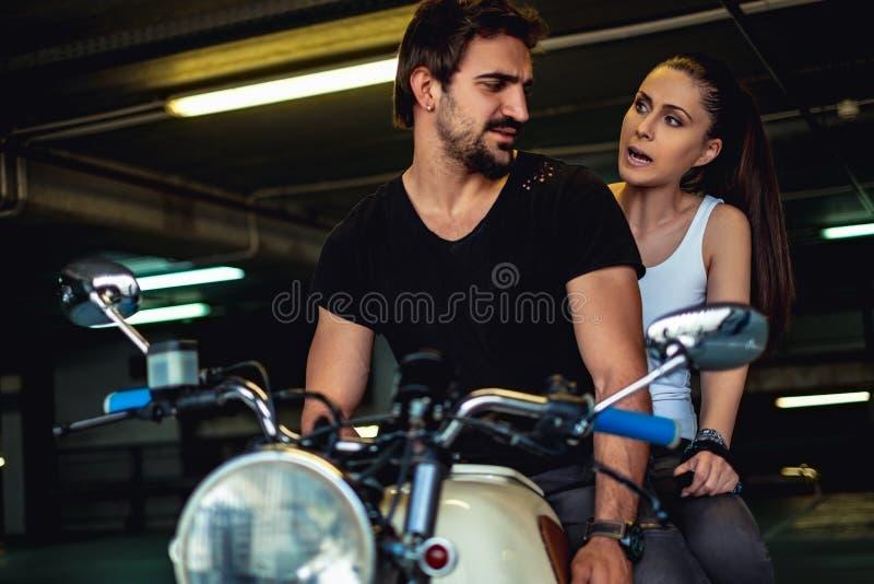 Amiga irritada que grita em seu noivo do motociclista fotografia de stock