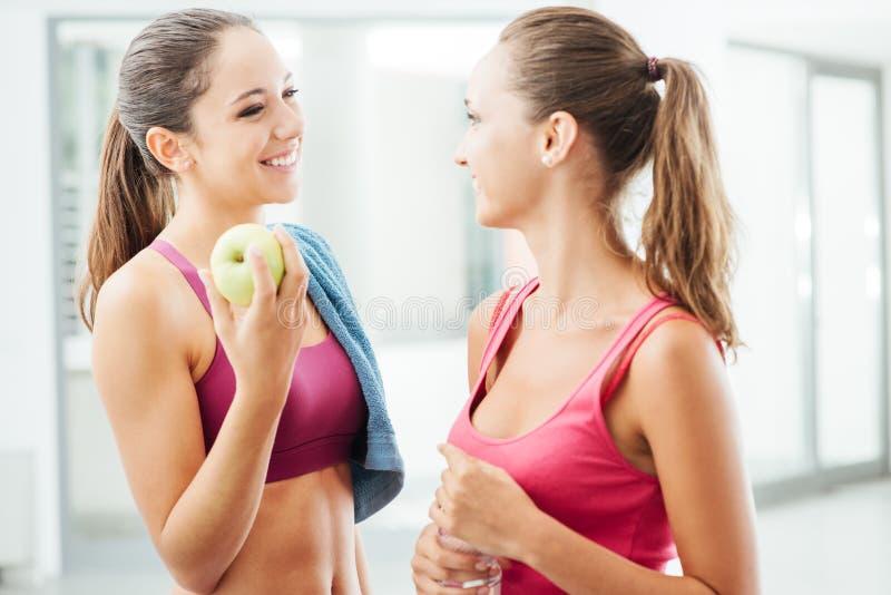 Amigas bonitas no gym imagens de stock royalty free