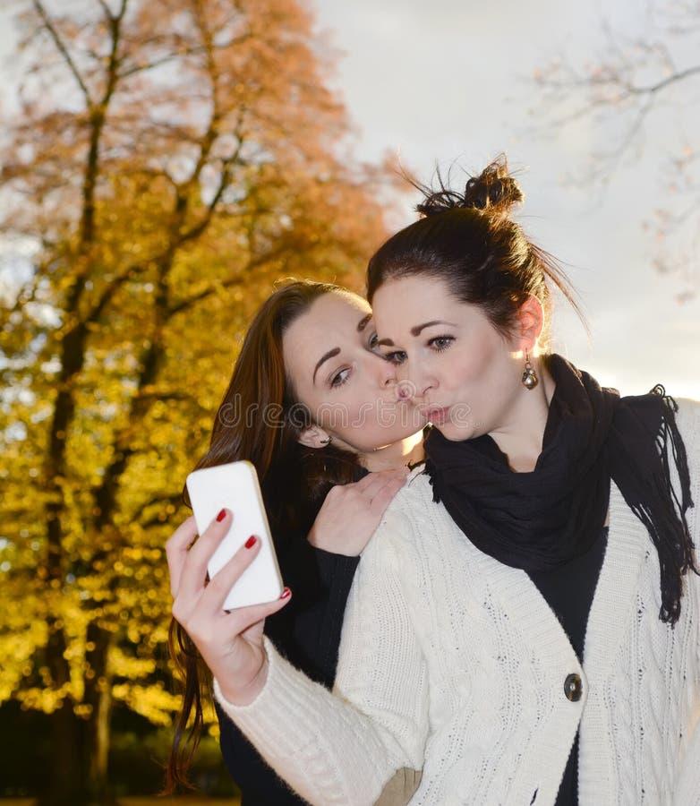 Amigas com smartphone imagem de stock royalty free