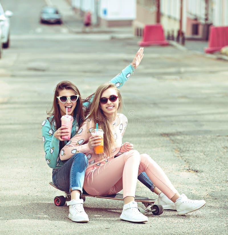 Amigas do moderno que tomam um selfie na cidade urbana imagens de stock royalty free