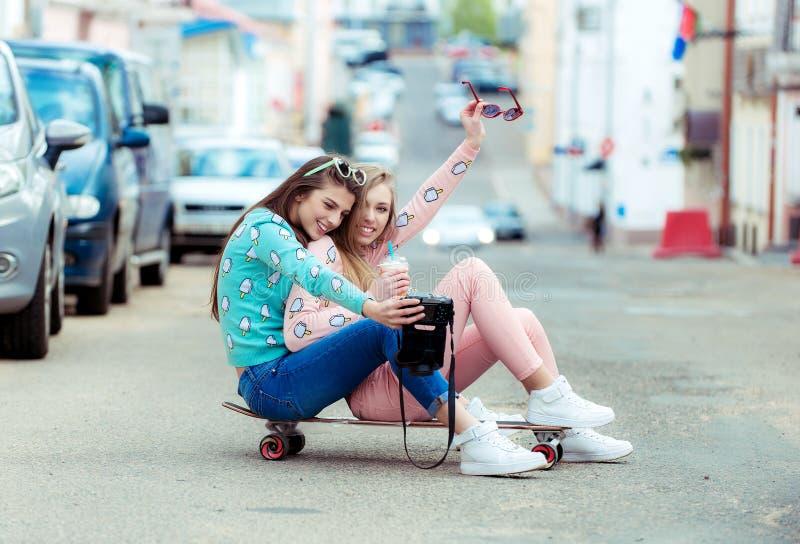 Amigas do moderno que tomam um selfie na cidade urbana fotos de stock royalty free