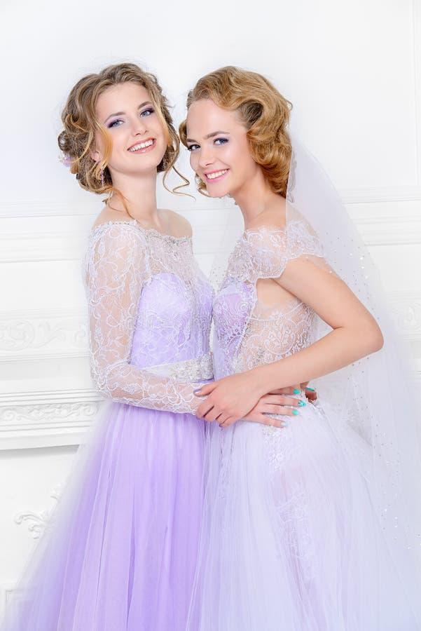 Amigas em vestidos de casamento imagens de stock