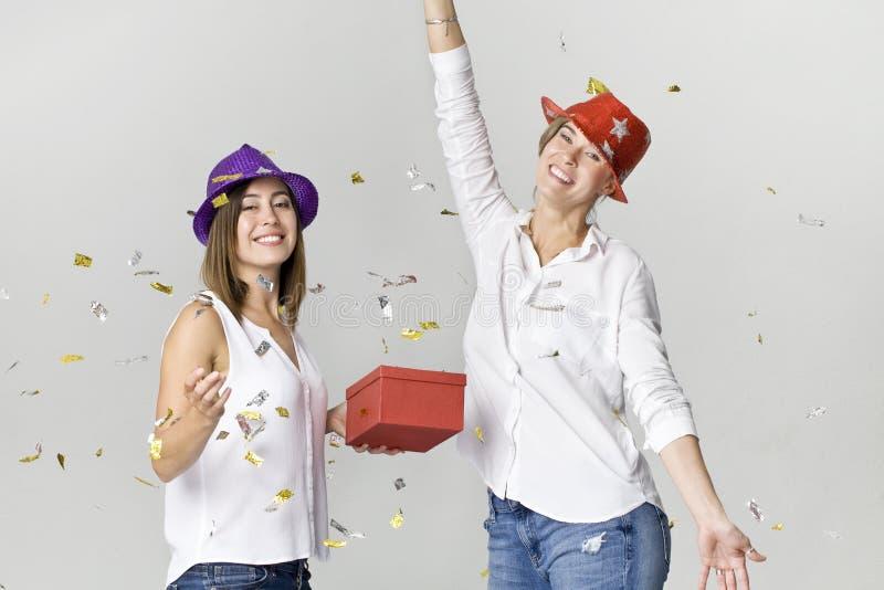 Amigas felizes e sorrindo bonitas no partido Dançando e comemorando o tempo imagens de stock royalty free