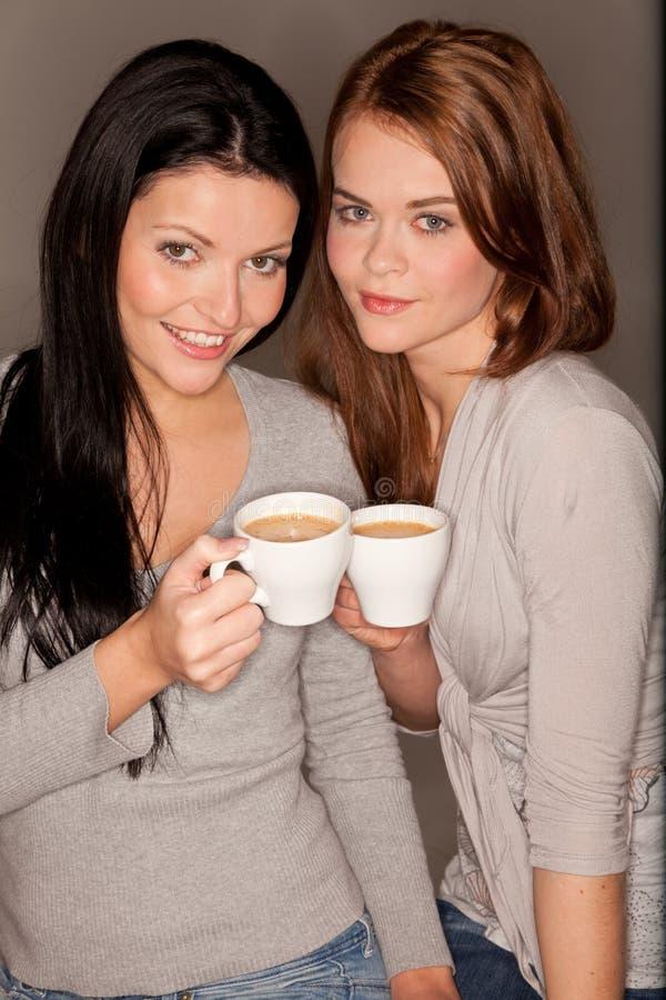 Amigas que trinking algum café fotos de stock