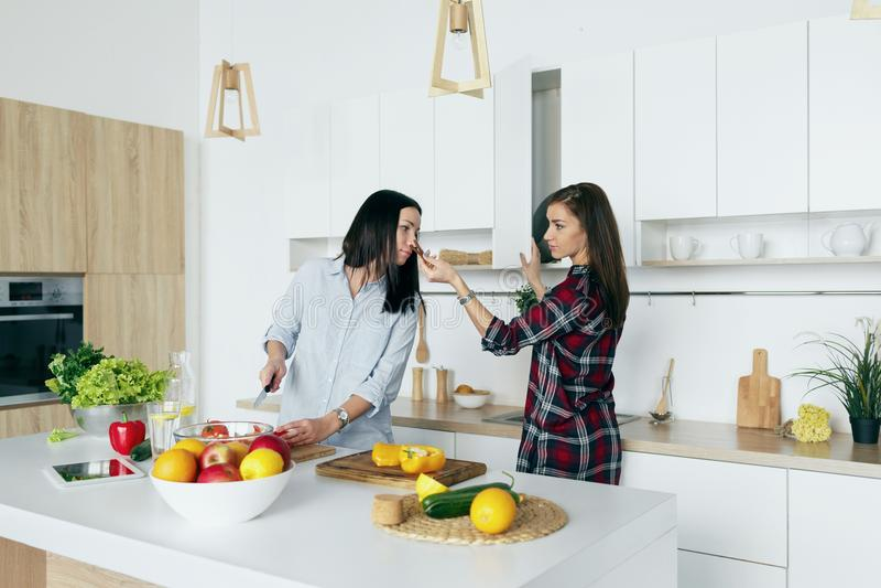 Amigas saudáveis simples do alimento que cozinham a salada vegetal h do verão imagem de stock royalty free