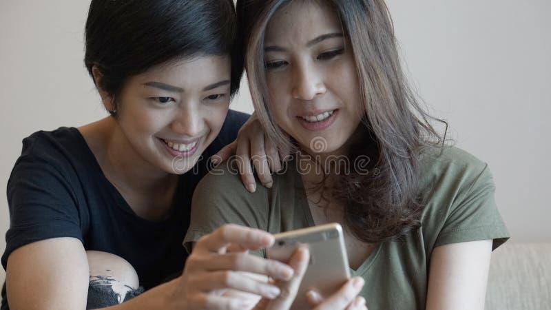 Amigo asiático adulto maduro de la mujer dos que toma la foto, selfie imágenes de archivo libres de regalías