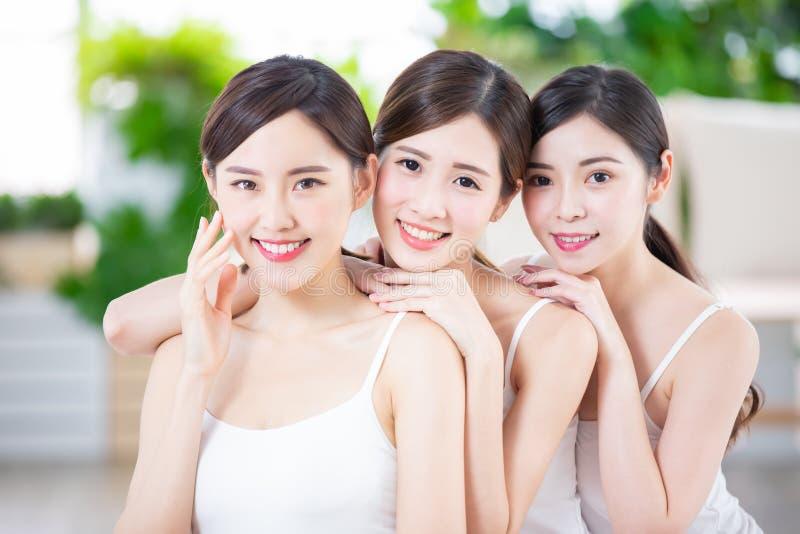 Amigo asiático de las mujeres del cuidado de piel fotos de archivo libres de regalías