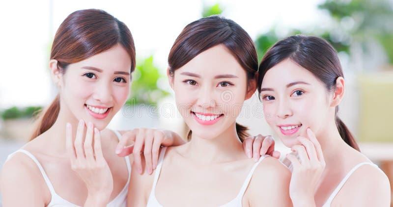 Amigo asiático de las mujeres del cuidado de piel fotografía de archivo