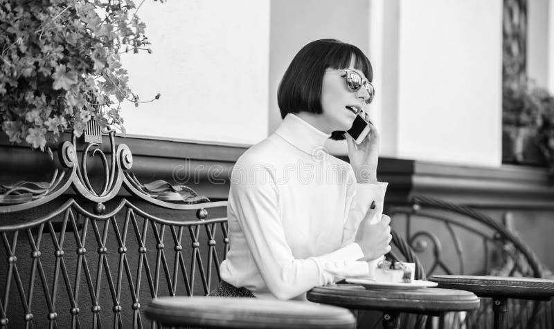 Amigo da chamada Relaxe e ruptura de caf? Senhora elegante da menina com smartphone Conceito do lazer Elegante atrativo da mulher fotografia de stock royalty free
