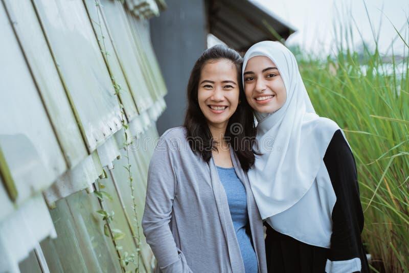 Amigo de Oriente Medio de la mujer junto foto de archivo