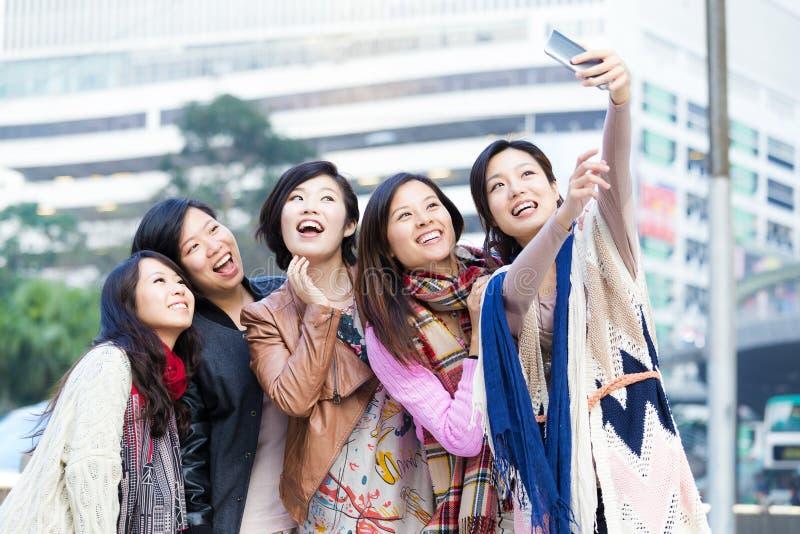 Amigo fêmea novo que toma o selfie em Hong Kong foto de stock