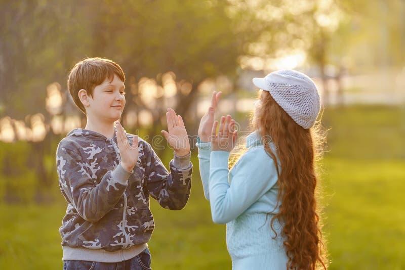 Amigo feliz del niño que goza aplaudiendo las manos fotos de archivo libres de regalías