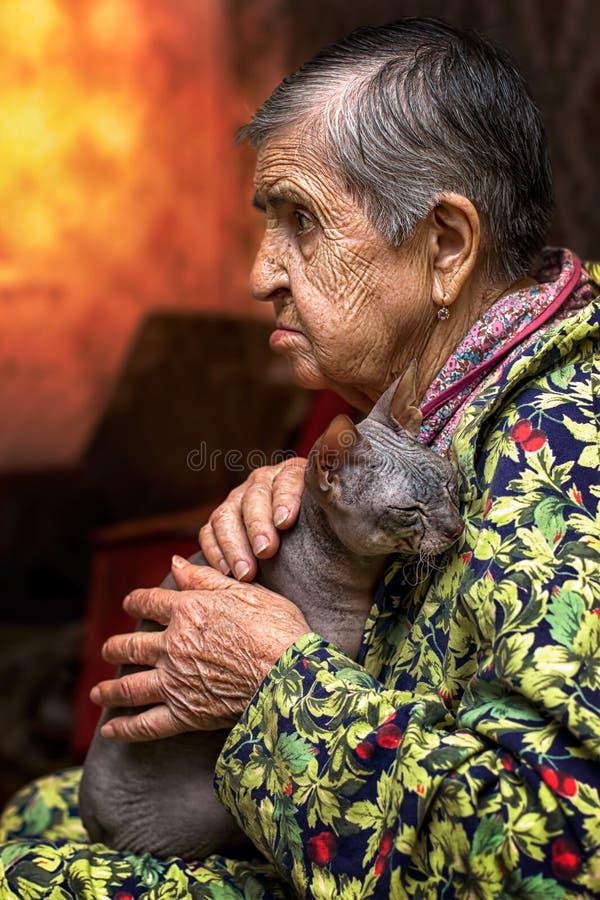 Amigo pasado de la vieja abuelita imagen de archivo