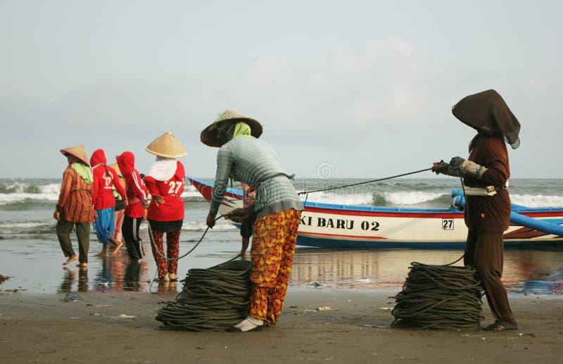 Amigo tradicional de Wife Help Her do pescador foto de stock