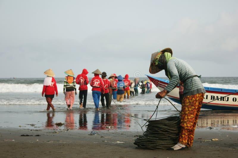 Amigo tradicional 2 de Wife Help Her do pescador imagem de stock royalty free